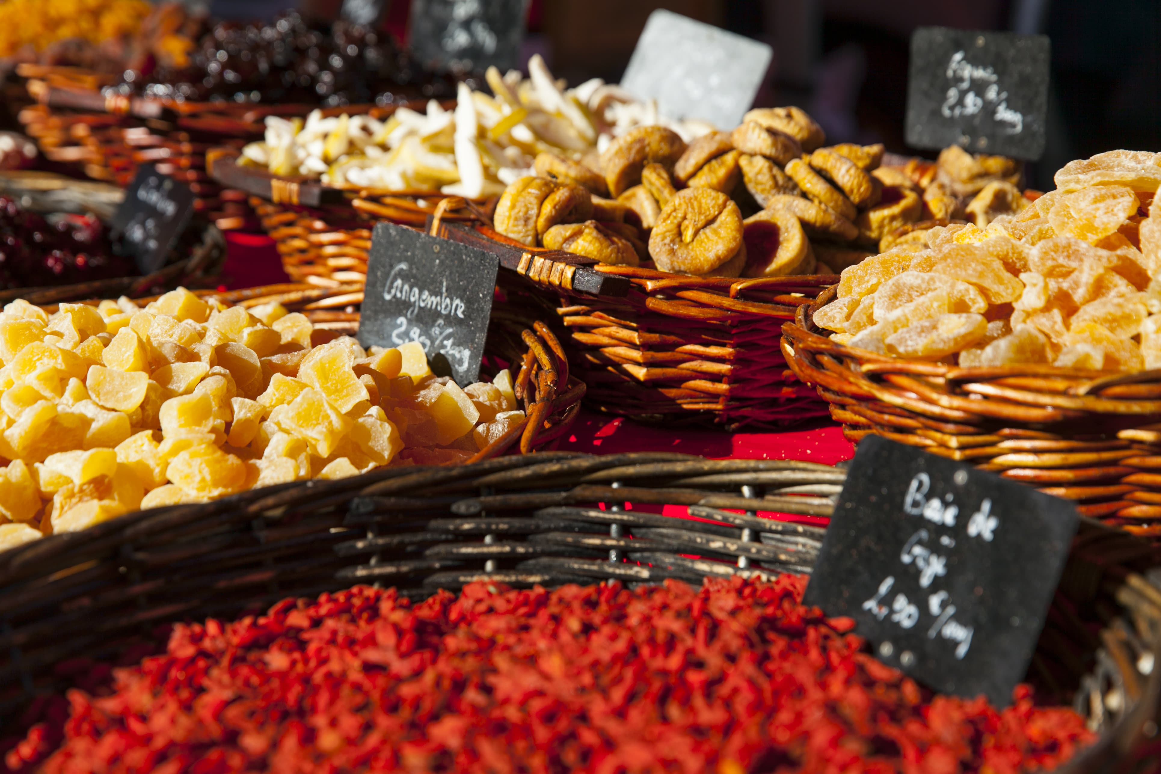 Vendeurs fruits confits marché